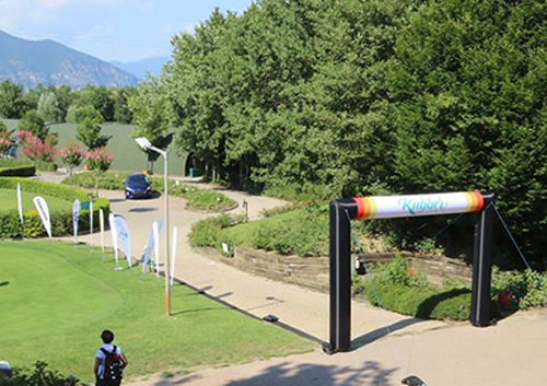 Arco gonfiabile e bandiere pubblicitarie per tornei di golf