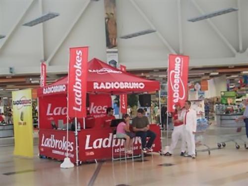 Postazione outdoor con gazebo e bandiere promozionali