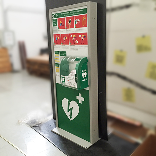 Totem con defibrillatore